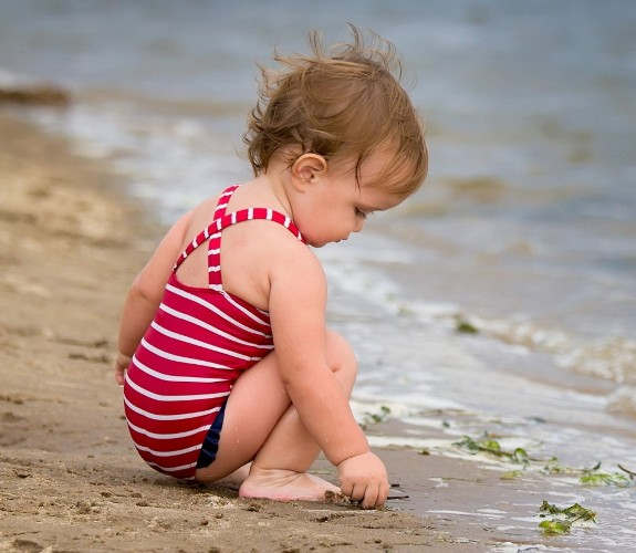 baby_beach_sea_sit_play_rocks_sand_54682_1680x1050